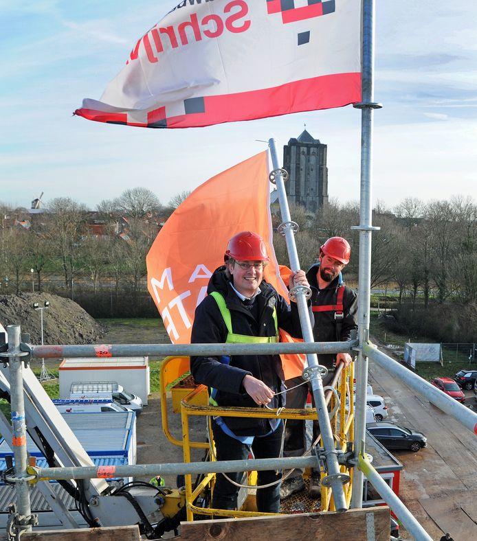 Wethouder Daniël Joppe zet de vlag op het dak.