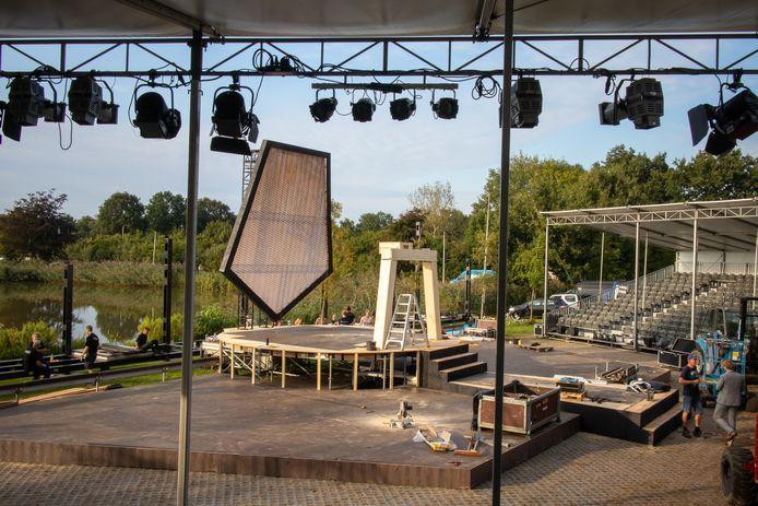 Op sportpark Het Midden wordt dezer dagen hard gewerkt aan de opbouw van het open lucht theater