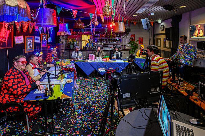 Radio Peejenland kreeg een ontheffing van de burgemeester om live gasten te ontvangen tijdens carnaval; op zaterdagavond was er een Tonpraotfestijn vanuit dorpshuis Het Kompas om de sfeer er een beetje in te houden.