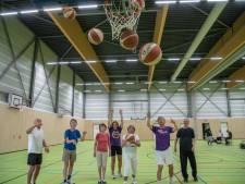 Uitsmijters in Almelo start met 'walking basketbal' voor senioren