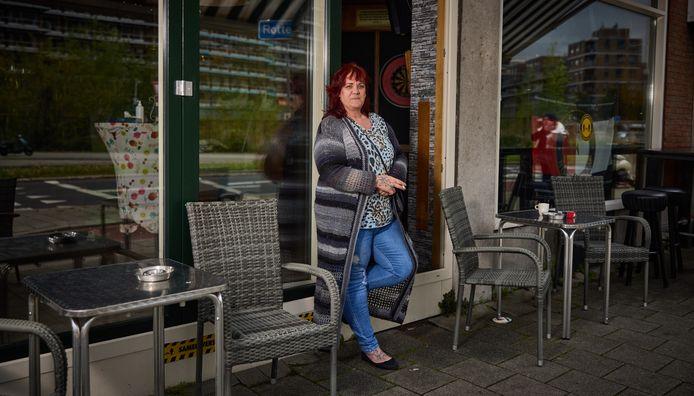 """Hennie Muurlink bij haar stamkroeg Café 't Spinwiel Zuid: ,,Ik heb alles gedaan wat God verboden heeft."""""""