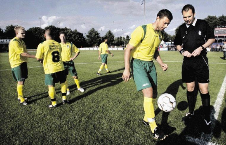 Spelers van Fortuna Sittard maken zich op voor de oefenwedstrijd tegen EVV. ( FOTO KOEN VERHEIJDEN) Beeld