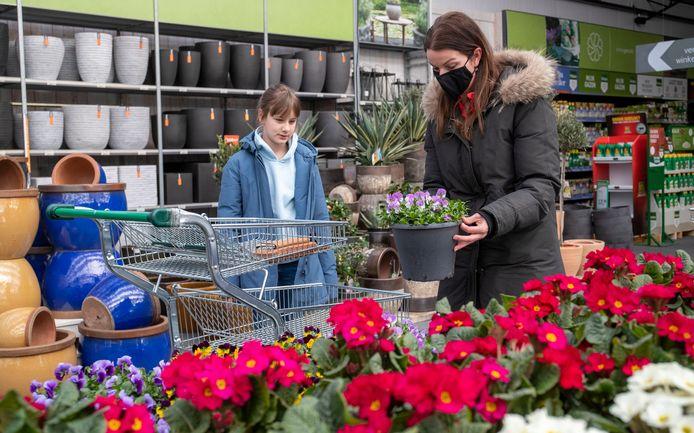 Martina en haar dochter Vera zijn samen op zoek naar viooltjes in het tuincentrum.