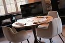 La table est dressée dans la chambre du Gastronome.