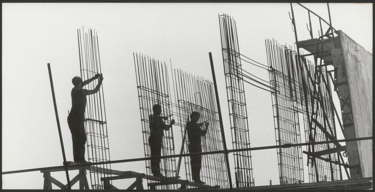 Betonvlechters werken aan een Bijlmerflat in aanbouw, ca. 1967.   Beeld Nationaal Archief/Ron Kroon