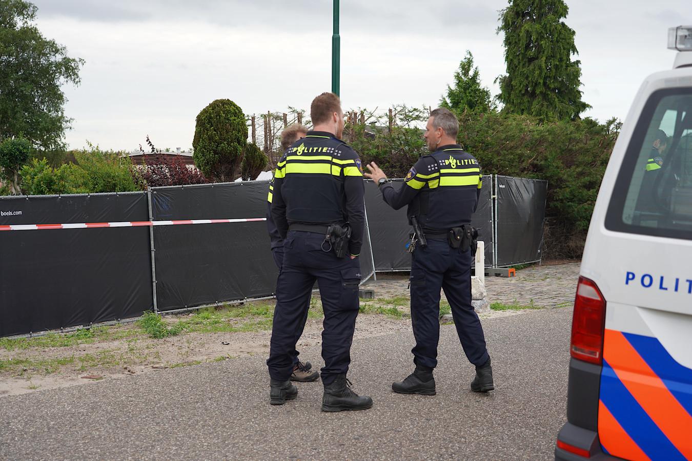 Dinsdagochtend werd er een inval gedaan bij Jan B. in Hulten. Op het terrein zijn wapens gevonden, aldus het OM.