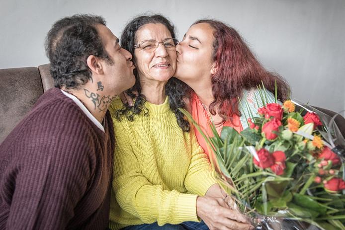 Maria krijgt een zoen van haar zoon Morad (36) en haar dochter Dounja (23).