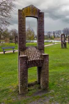 De menselijke stoelen van Dick Fluitsma in een Gemerts park: 'Ze zitten heel lekker...'