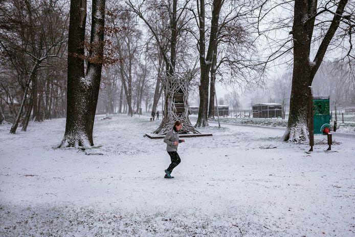 Winterse taferelen in het Speelhof van Sint-Truiden, mét de gebruikelijke loper en wandelaars.