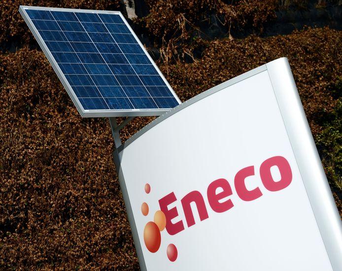 Een zonnepaneel bij het logo van energieleverancier Eneco.