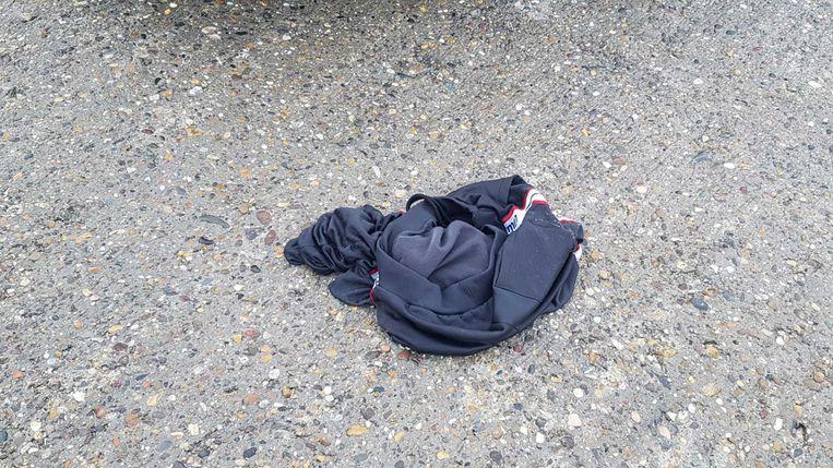 Op het strand werd ook nog een aangespoelde broek aangetroffen. Beeld Bart Boterman