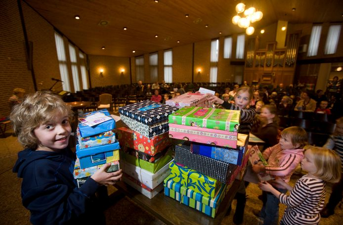Kinderen brengen op de jaarlijkse dankdag spullen naar de kerken, zoals hier in Ede. In Lienden gebeurt dat woensdag ook door leerlingen van de Eben Haëzerschool, de ingezamelde etenswaren en andere spullen worden verdeeld door de kerkelijke hulpinstelling Dorcas