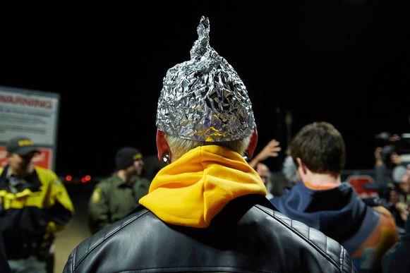 """Volgens lokale media zakte slechts een honderdtal personen af naar de basis, vaak vermomd of met een hoedje van aluminiumfolie om zich """"tegen straling te beschermen""""."""