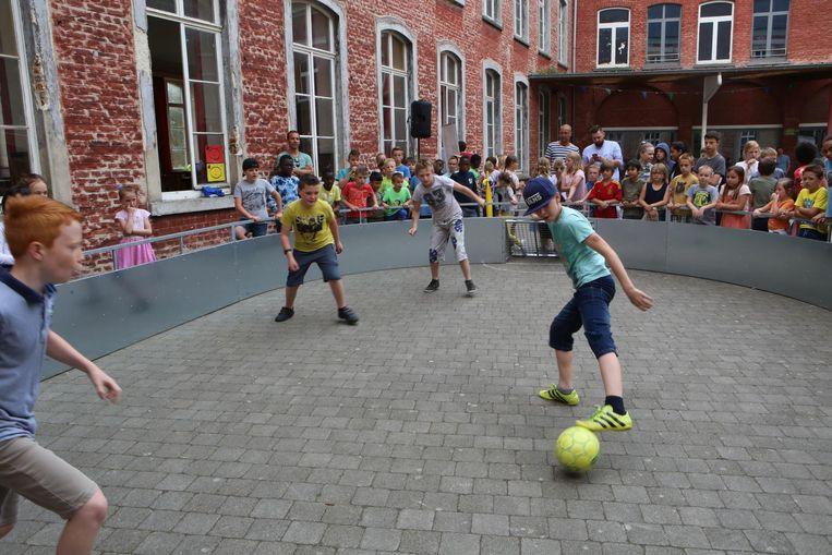 De voetbalgladiatoren worden hevig aangemoedigd door hun supporters.