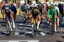 Wout van Aert duwt zijn wiel als eerste over de finish.