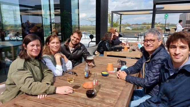 """Eveline vier haar 60ste verjaardag in Bar Bernard van St. Bernardus: """"Wel met rosé, want bier drink ik niet"""""""