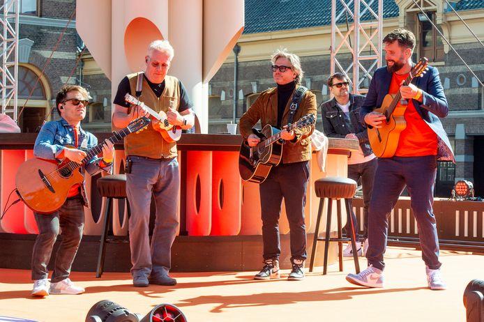 De Streamers op Koningsdag bij Paleis Noordeinde.