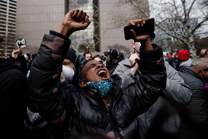 Een man schreeuwt het uit bij het horen van het vonnis, buiten bij de rechtbank in Minneapolis.