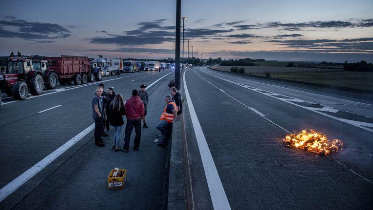 Bij het donker worden werd snelweg E429 bezet en afgesloten. Vrachtverkeer, in eerste instantie Colruyt, wordt tegengehouden, personenwagens mondjesmaat doorgelaten. Beeld Eric de Mildt