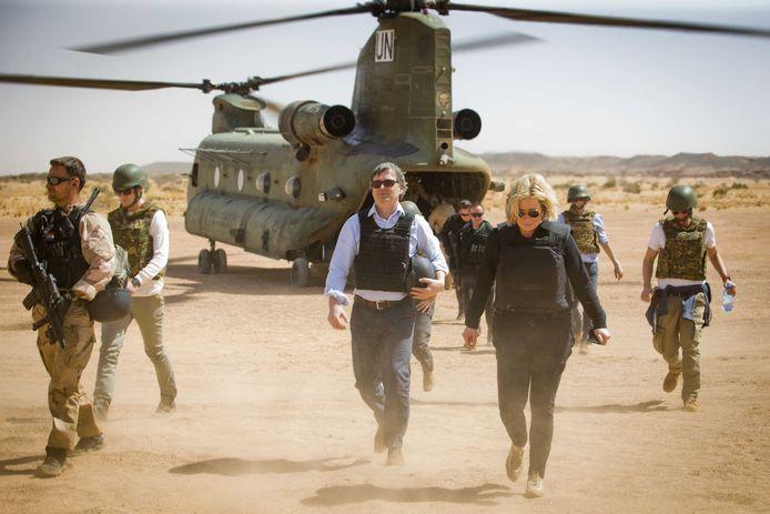 Voormalig Defensieminister Hennis op bezoek bij de militairen in Mali
