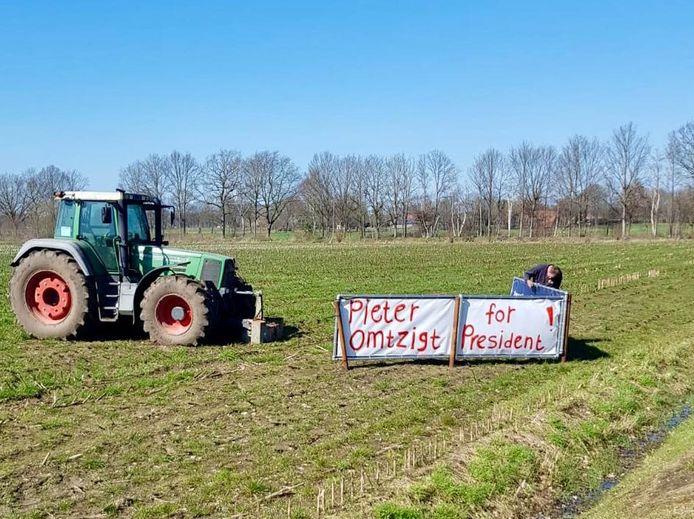In het Oosten van Nederland is Pieter Omtzigt bijzonder populair. Een boer uit Groenlo plaatste deze borden tijdens de verkiezingen.