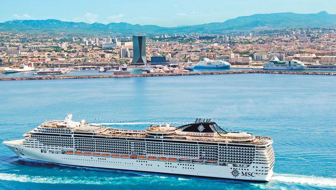 Een cruiseschip meert aan in Marseille.