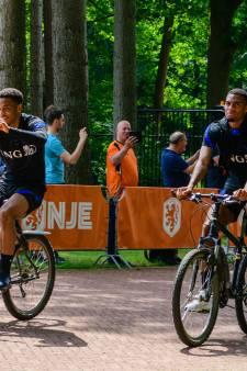 Steeds meer supporters moedigen Oranjespelers aan in Zeist: 'Maakt mijn dag helemaal goed'