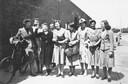 Riet Hoogland (derde van links) wordt bij haar vrijlating in Scheveningen ontvangen door een groep oud-gevangenen. 16 juni 1941. Riet Hoogland met collega's