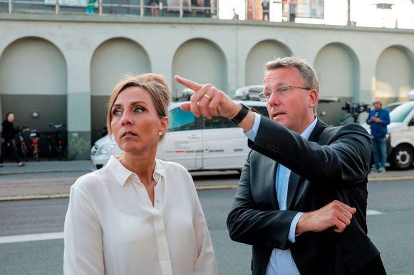 Morten Bødskov overschouwt de schade met Merete Agergaard, directrice van de Deense belastingsdienst.