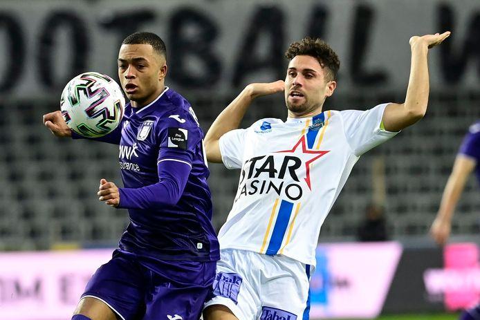 Leonardo Bertone (rechts) in duel met Killian Sardella van Anderlecht.
