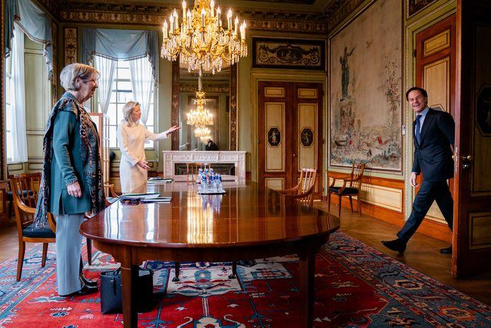 Mark Rutte (VVD) wordt in de Tweede Kamer ontvangen door verkenners Annemarie Jorritsma en Kasja Ollongren. De verkenners spreken met alle zeventien beoogde fractievoorzitters over mogelijke regeringscoalities.