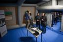 Bezoekers in de door O&H Concepts ontwikkelde tent bij de presentatie in maart 2017 op de UT.