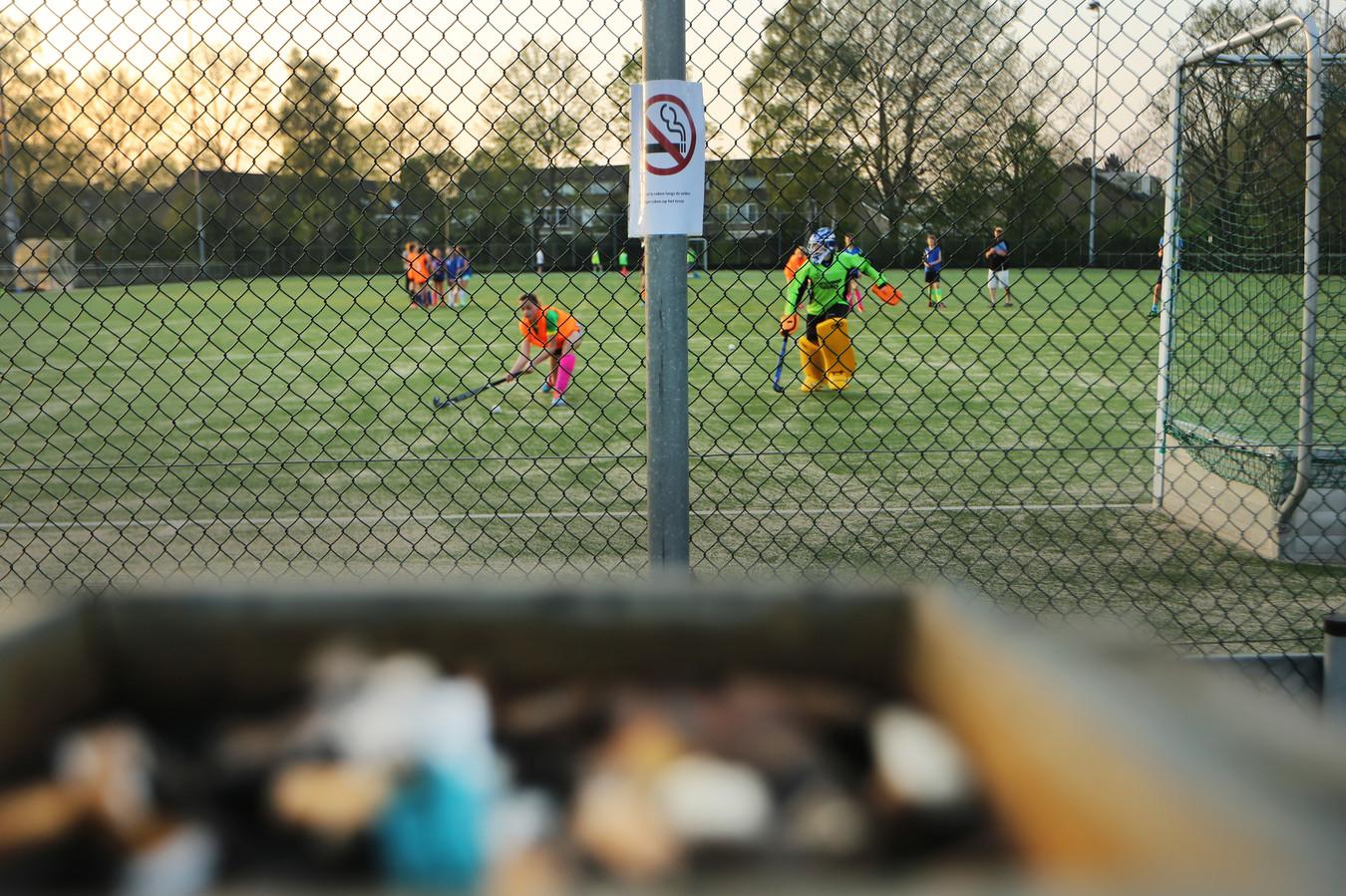 Een hockeyveld elders in Nederland. In Wijchen gaan ook peukenbakken op het terras weg, want nergens mag meer gerookt worden.