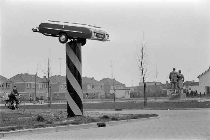 Een even opmerkelijke als ontsierende reclamezuil van de vouwwagenpionier Carstabo aan de Nieuwe Hescheweg bij het bevrijdingsmonument. Kenteken TS (Travel Sleeper) 1961.