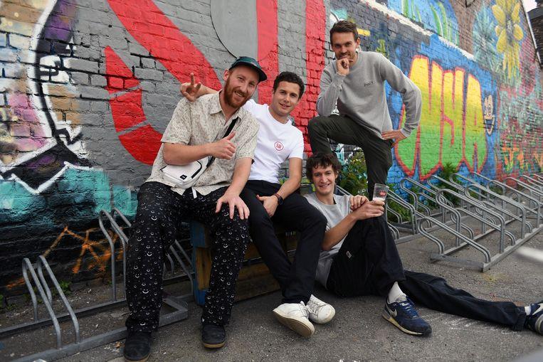 Leuvense hiphopgroep Soundrascalz. Links: initiatiefnemer 7Hills-project Kas Wauters.