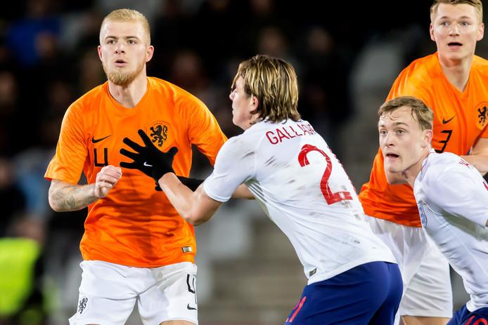 Rick van Drongelen (links) speelde 90 minuten mee met het winnende Jong Oranje.