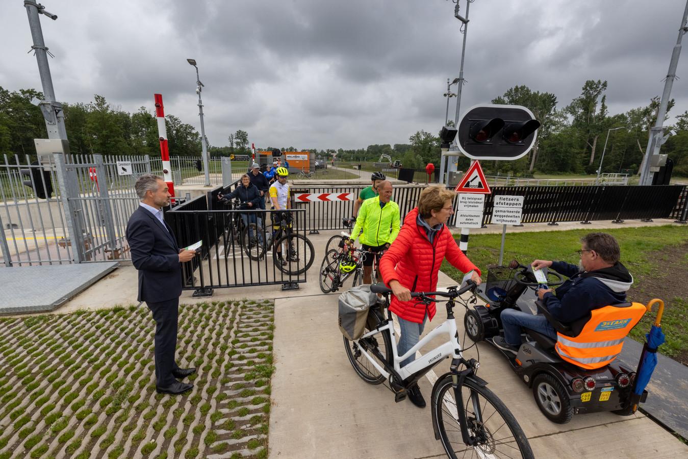 Fietsers kunnen de Reevesluis nu via deze passage oversteken, maar wel met de fiets aan de hand.