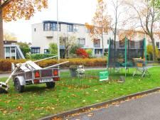 Kattenkwaad in Kattenbroek: spullen uit tuinen naar middenberm van weg gesleept