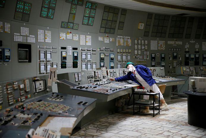 Een werknemer in een controlekamer van de ontplofte kerncentrale van Tsjernobyl, in Oekraïne.