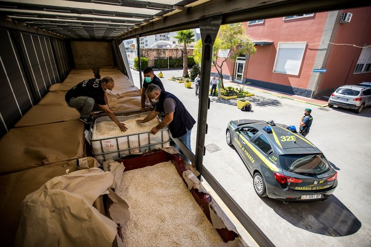 De Italiaanse politie neemt industriële hoeveelheden captagon in beslag in de haven van Salerno. Beeld Photo News