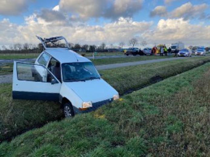 Een auto belandde bij een ongeluk in een sloot langs de N348 in de rijrichting Deventer.