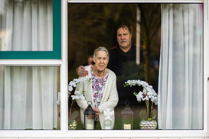 Alie Miggelbrink en zoon Johnny in haar nieuwe tijdelijk appartement.