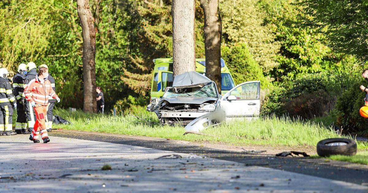 Dode bij ongeval in Friese Siegerswoude, vrouw uit Zwolle zwaargewond uit wrak gehaald.