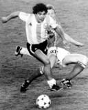 Diego Maradona op het WK 1982 in duel met Rode Duivel Guy Vandermissen