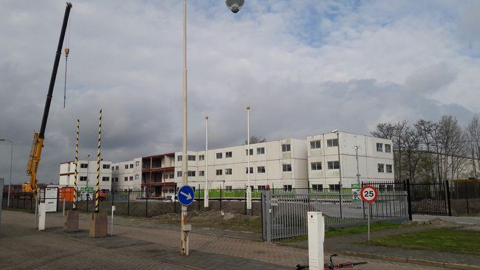 Huisvesting voor arbeidsmigranten nog in aanbouw op het voormalige Philips-terrein in Terneuzen, eerder dit jaar.