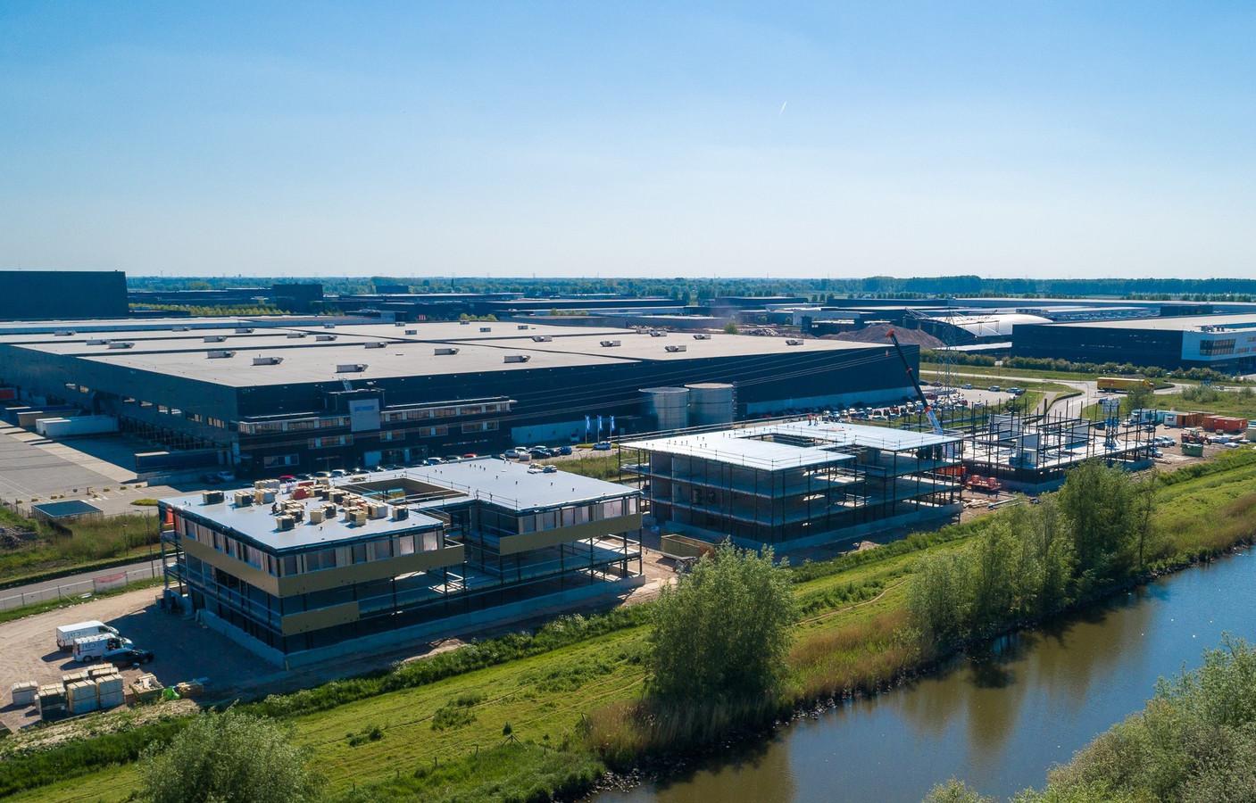 De campus voor arbeidsmigranten op bedrijventerrein Haven Zeven in Waalwijk krijgt vorm. Als alles volgens planning verloopt, is het wooncomplex in november klaar.