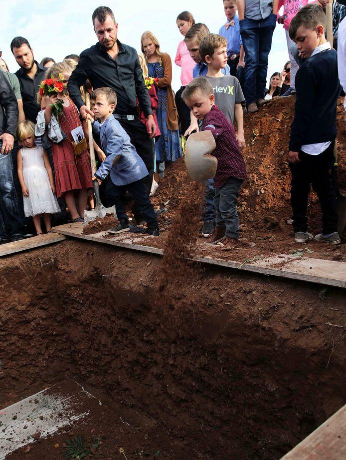 Kinderen graven graf van eigen moeder.