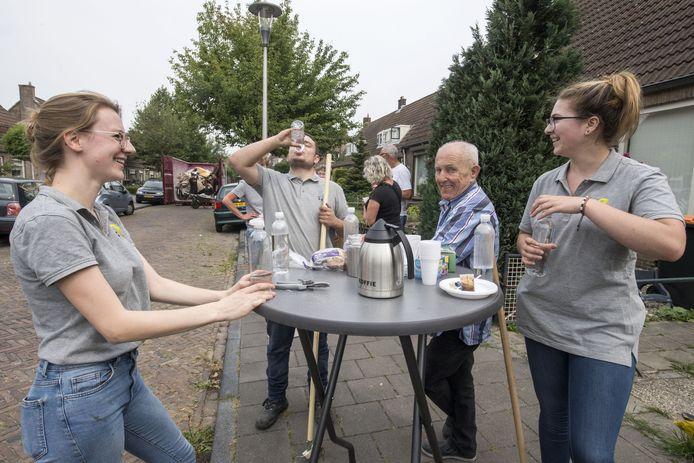 Jongeren kunnen in sloopwoningen terecht tegen lage huur, als ze klussen voor ouderen in de buurt verrichten.  Vlnr: Anne Venema , Joep Veen , een buurtbewoner en Femke Wolthuis rusten uit na harde noeste arbeid