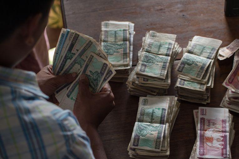 Het merendeel van de Burmezen heeft geen bankrekening en betaalt alles met baar geld. Beeld ANP