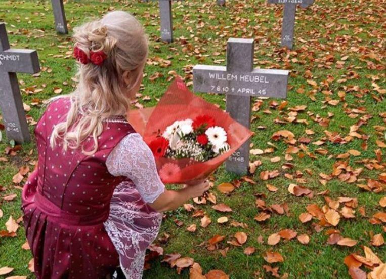 Carrera Neefs ligt bloemen neer bij het graf van SS-officier Willem Heubel. Beeld Carrera Neefs